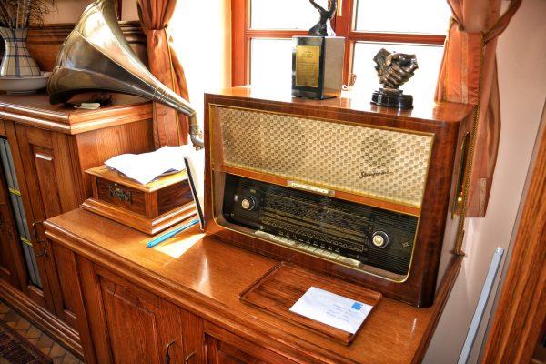 old-radio-1663517_1920